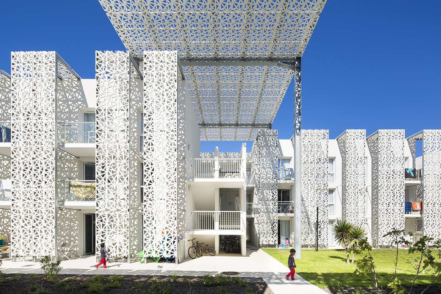 Brise soleil perforated facades latticework ductal uhpc for Hotels design en france